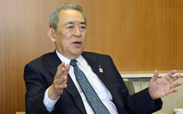 インタビューに答える関経連の松本正義会長