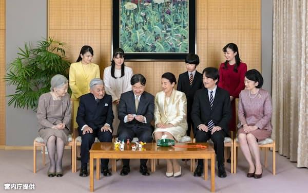 ねずみ年にちなんで、ネズミの置物を前に談笑する天皇ご一家(東京・港の赤坂御所)=宮内庁提供