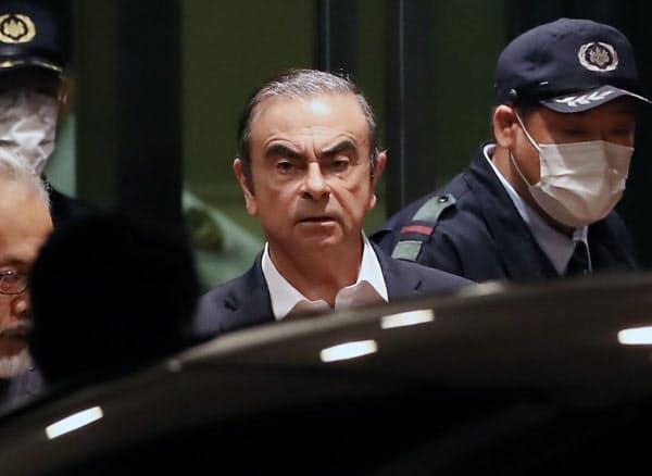 ゴーン元会長名での出国記録はなく、正規の出国手続きを経ていない可能性が高いという(2019年4月、保釈され東京拘置所を出るゴーン元会長)