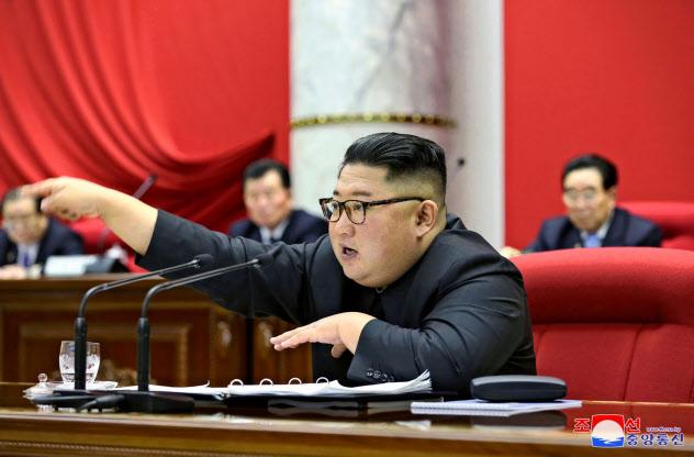 12月31日に開かれた朝鮮労働党中央委員会総会で報告する金正恩氏=朝鮮中央通信・ロイター