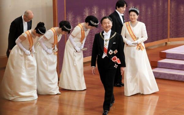 「新年祝賀の儀」を終え、退室する天皇、皇后両陛下(1日午前、皇居・宮殿「松の間」)=代表撮影