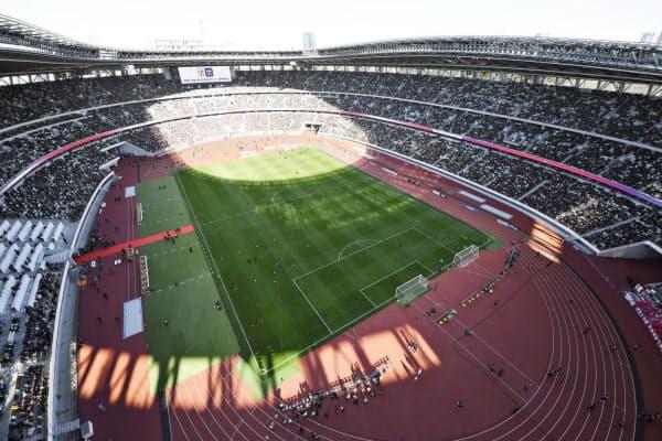 完成後、最初のスポーツ公式戦としてサッカー天皇杯決勝が行われた国立競技場=共同