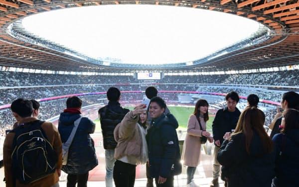 こけら落としとなったサッカー天皇杯決勝の観戦のため国立競技場を訪れた人たち(1日、東京都新宿区)