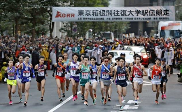 東京箱根間往復大学駅伝で、一斉にスタートする選手たち=2日午前、東京・大手町