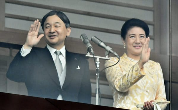 天皇、皇后両陛下が外国を訪れるのは即位後、初めて(新年の一般参賀で手を振る両陛下)
