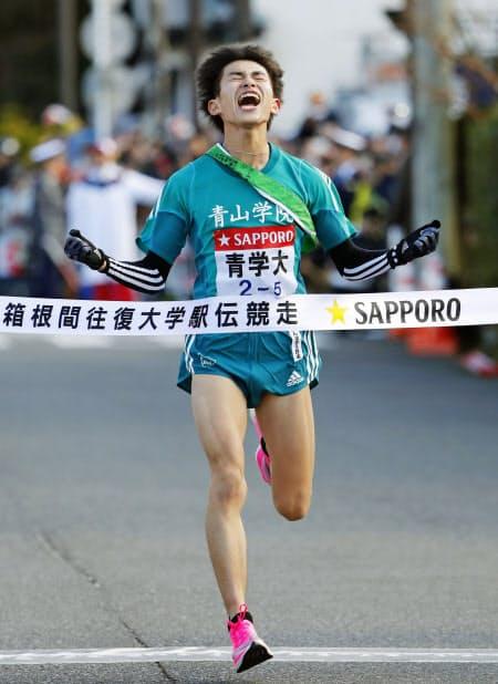3年ぶり4度目の往路優勝を果たし、ゴールする青学大の飯田貴之(2日、神奈川県箱根町)=共同
