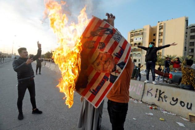 米大使館前には米国に抗議する群衆が集まった(1日、イラクの首都バグダッド)=ロイター