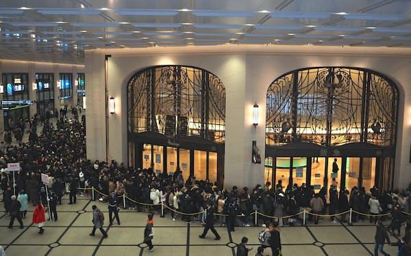 阪急うめだ本店には開店前から多くの人が並んだ(2日、大阪市)