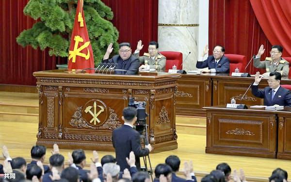 北朝鮮の金正恩委員長は米国を非難する一方でトランプ大統領への攻撃は避けた。朝鮮労働党中央委員会総会に出席した金正恩氏(左壇上)=2019年12月31日(朝鮮中央通信=共同)