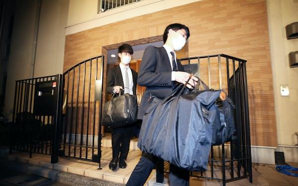 ゴーン被告の住居の家宅捜索を終え、押収物を運び出す東京地検の係官ら(2日、東京都港区)