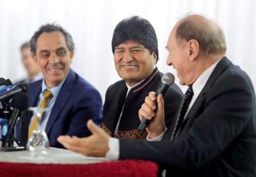 ボリビアのモラレス前大統領(中)はアルゼンチンに亡命後も存在感を発揮している(2日、ブエノスアイレス)=ロイター