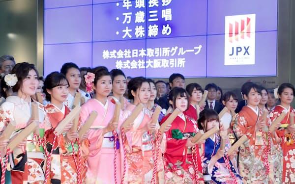大発会で大株締めをする市場関係者ら(6日午前、大阪取引所)