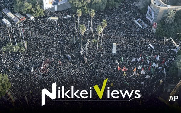 米軍に殺害されたイランのソレイマニ司令官を悼むために多くの市民が集まった(5日、イラン南部アフワズ)=AP