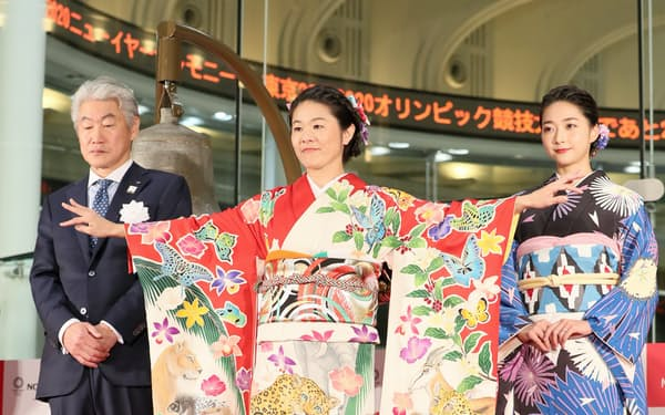 東京五輪開幕まで200日を記念するイベントで、ブルンジをモチーフとした着物を披露する元サッカー日本女子代表主将の澤穂希さん(中)(6日午前、東証)=樋口慧撮影