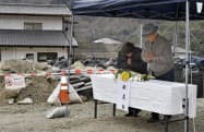 広島市安芸区の梅河団地で、献花し手を合わせる近隣住民(6日午前)=共同