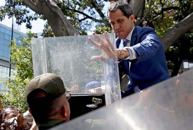 ベネズエラ軍に国会入場を妨害されるベネズエラ野党指導者のグアイド国会議長(右)(5日、カラカス)=ロイター