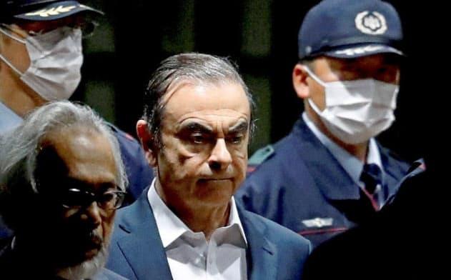 2019年4月25日、東京拘置所を出るゴーン元日産会長=ロイター