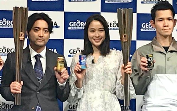 日本コカ・コーラは東京五輪に合わせ、俳優の山田孝之さん(左)や広瀬アリスさん(中)によるテレビCMを流す