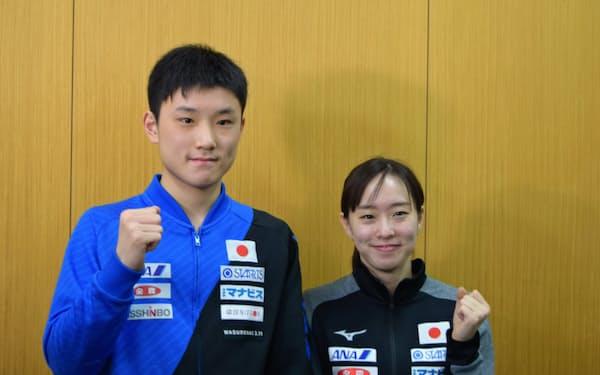卓球東京五輪代表に正式決定し、笑顔を見せる張本と石川(6日、東京都北区)