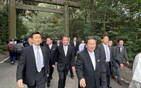 立憲民主党の枝野代表は伊勢神宮で参拝客らと握手もかわしていました(4日、三重県伊勢市)