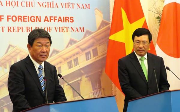 6日、共同記者発表に臨む茂木外相(左)とミン副首相兼外相(ハノイ)