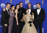 米ゴールデン・グローブ賞で、ミュージカル・コメディー部門の作品賞を受け取った「ワンス・アポン・ア・タイム・イン・ハリウッド」の出演者ら(5日、ビバリーヒルズ)=AP