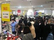 多くの買い物客でにぎわった(2日、静岡市の松坂屋静岡店)