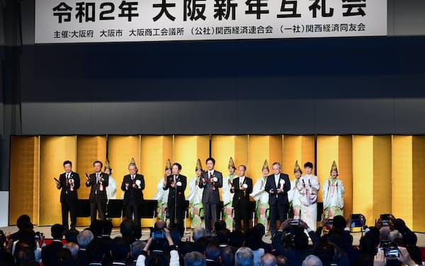 大阪新年互礼会で大阪締めをする関西政財界の代表者ら(6日午後、大阪市北区)