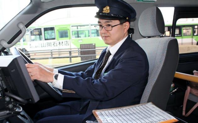 住田さんは自治体との折衝を本職としつつ、月に2回運転手を務める