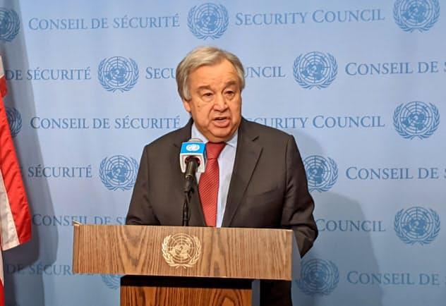 記者団に声明を読み上げる国連事務総長(6日、ニューヨーク)