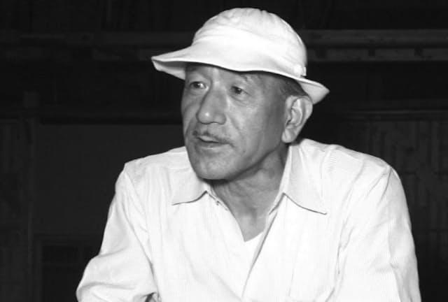 映画撮影の現場ではピケ帽とシャツがトレードマックだった小津安二郎。そのシャツは風合いがきれいに出た「アライブ・シャツ」だった=共同