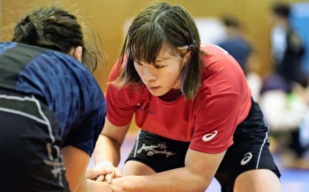 レスリング東京五輪代表らの合宿で練習する、女子57キロ級の川井梨紗子=共同