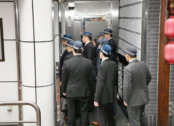 標章を張るため組事務所に向かう大阪府警の警察官(7日午前、大阪市中央区)