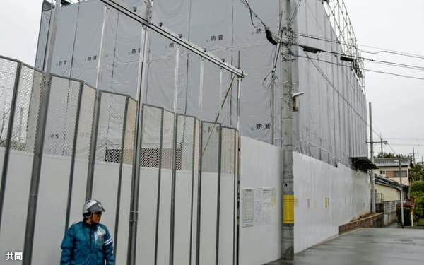 内部の解体工事が始まった京都アニメーションの第1スタジオ(7日午前、京都市伏見区)=共同