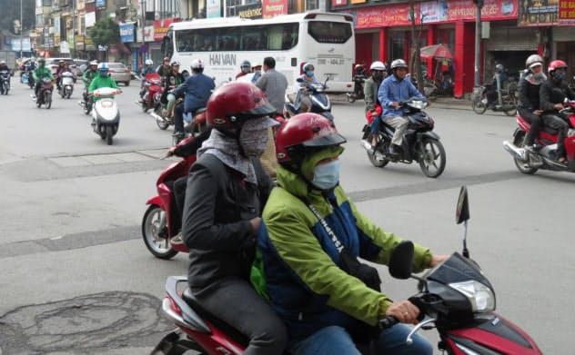 ハノイの街中をひっきりなしにバイクが行き交う