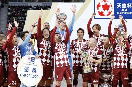 天皇杯サッカーで初優勝を果たし、喜ぶ神戸イレブン=共同