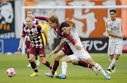 酒井(手前左)ら日本代表クラスの補強もチームの選手層を厚くした=共同