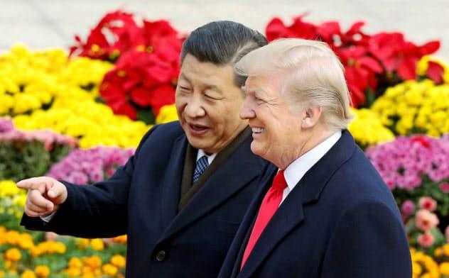 米中貿易戦争の行方は……(北京を訪れたトランプ米大統領=右=と習近平国家主席、2017年11月=ロイター)