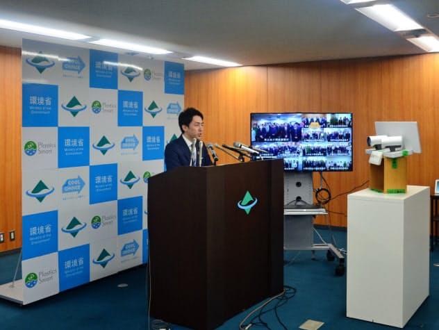 小泉環境相は地方事務所を回線でつないであいさつをした(7日、東京・千代田)