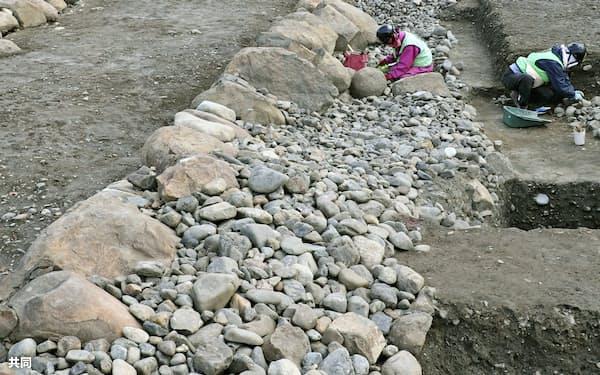 駿府城跡で新たに見つかった「小天守」のものとみられる石垣遺構の一部(7日、静岡市)=共同