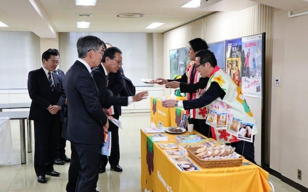群馬県の担当者らが県産品などを紹介した(東京都中央区)