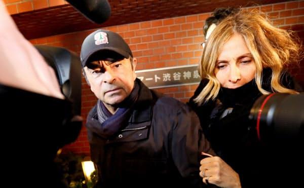 ゴーン元会長(左)と妻のキャロル容疑者=ロイター