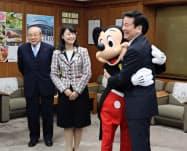 ミッキーマウスの表敬訪問を受ける森田健作知事(7日、千葉県庁)