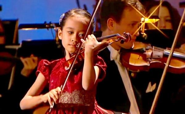 シェルクンチク国際音楽コンクールで演奏する吉村妃鞠さん(2019年12月、モスクワ)