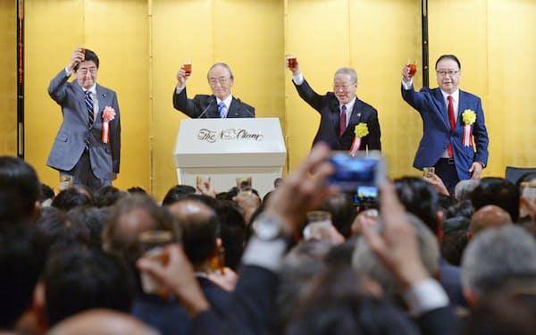 経済3団体の新年祝賀パーティーで乾杯する(左から)安倍首相、日本商工会議所の三村会頭、経団連の中西会長、経済同友会の桜田代表幹事(7日、東京都千代田区)