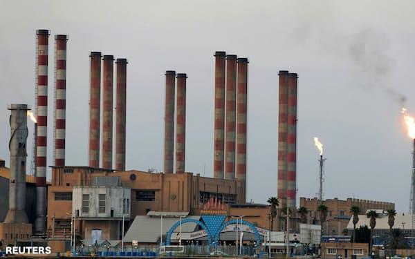 イランは石油資源が豊富な地域大国だ(イラン南西部の製油所)=ロイター