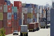 対中輸入の減少傾向が続いている(コンテナが積み上げられたカリフォルニア州の港)=AP