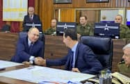 ロシアのプーチン大統領(左)はシリアを電撃訪問し、同国のアサド大統領と会談した(7日、ダマスカス)=AP