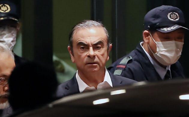 8日の記者会見で何を語るのか(2019年4月、保釈され東京拘置所を出るゴーン元会長、東京都葛飾区)