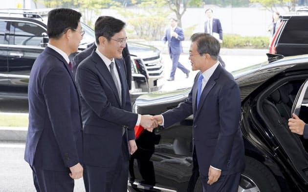 サムスン李在鎔副会長(中)は贈賄罪に問われた裁判の判決を控えている(19年10月、文在寅大統領がサムスンのパネル工場を視察)=韓国大統領府提供